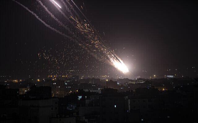 Des roquettes lancées depuis Gaza à Ashkelon, le 10 mai 2021. (Crédit : AP Photo/Khalil Hamra)