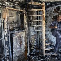 Avi Korkas, employé municipal examine les dégâts d'un bureau de la municipalité qui a été incendié lors d'une nuit de violence entre des émeutiers arabes israéliens et la police israélienne dans la ville de Lod, le 11 mai 2021. (Crédit : AP Photo/Heidi Levine)