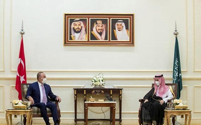 Le ministre saoudien des Affaires étrangères, le prince Faisal bin Farhan, rencontre le ministre turc des Affaires étrangères, Mevlut Cavusoglu, à gauche, à Jiddah, en Arabie saoudite, le mardi 11 mai 2021. (Crédit : Agence de presse saoudienne via AP)