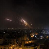 Salve de roquettes tirées depuis la bande de Gaza, sur Israël, le 12 mai 2021. (Crédit : AP Photo/Khalil Hamra)
