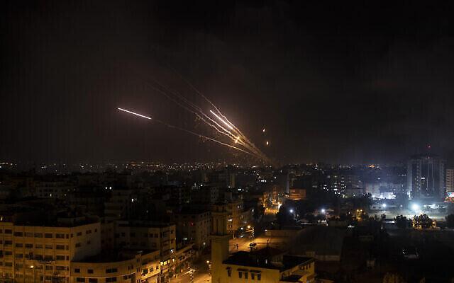 Des roquettes sont lancées par les groupes terroristes palestiniens de la bande de Gaza vers Israël, le mercredi 12 mai 2021. (Crédit : AP Photo / Khalil Hamra)