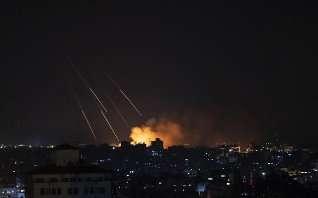 De la fumée s'élève suite aux frappes de missiles israéliens sur la ville de Gaza, jeudi 13 mai 2021. (Crédit : AP Photo/Khalil Hamra)