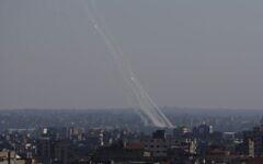 Des roquettes sont lancées depuis la bande de Gaza vers Israël, le vendredi 14 mai 2021 (Crédit : AP Photo / Hatem Moussa)