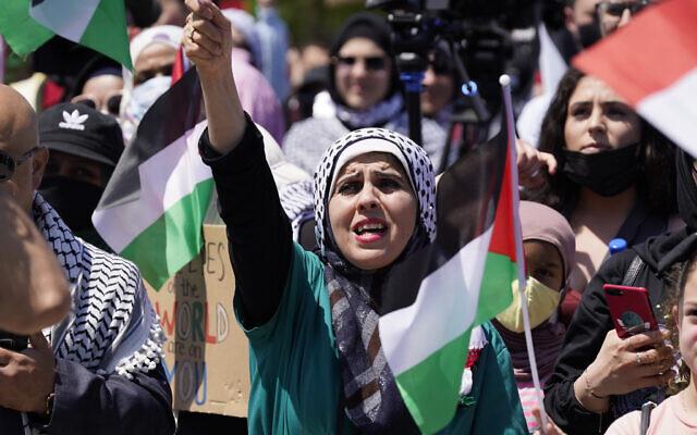 Des manifestants américains soutenant les Palestiniens tiennent un rassemblement le 18 mai 2021, à Dearborn, dans le Michigan.  (Crédit : AP Photo/Carlos Osorio)