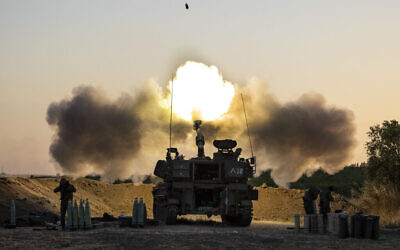 Une unité d'artillerie lance des obus vers des cibles à Gaza, le 19 mai 2021. (Crédit : AP Photo/Tsafrir Abayov, File)