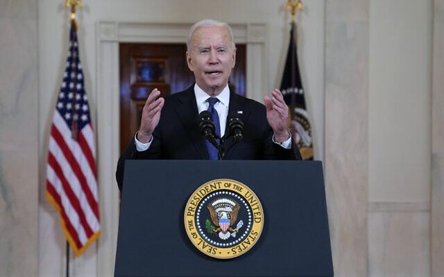 Le président américain Joe Biden s'exprime au sujet d'un cessez-le-feu entre Israël et le Hamas, dans le Cross Hall de la Maison Blanche, le 20 mai 2021, à Washington. (Crédit : AP Photo/Evan Vucci)