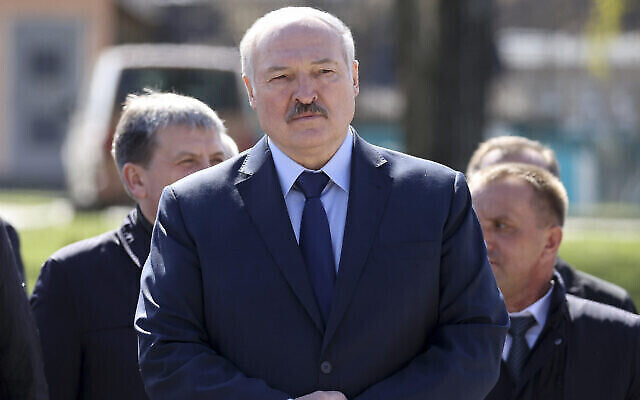 Le président du Bélarus, Alexandre Loukachenko assiste à un rassemblement de requiem à l'occasion du 35e anniversaire de la catastrophe de Tchernobyl dans la ville de Bragin, au sud-est de Minsk, au Bélarus, le 26 avril 2021. (Crédit : Sergei Sheleg/BelTA Pool Photo via AP, File)