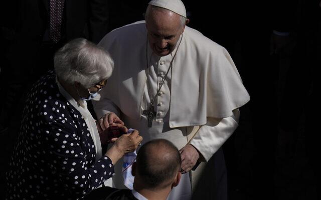 Le pape François s'entretient avec Lidia Maksymowicz, une survivante de la Shoah, qui était prisonnière dans le camp d'extermination d'Auschwitz-Birkenau, avant de quitter la cour de San Damaso au Vatican pour son audience générale hebdomadaire, le 26 mai 2021 (Crédit : AP / Alessandra Tarantino)