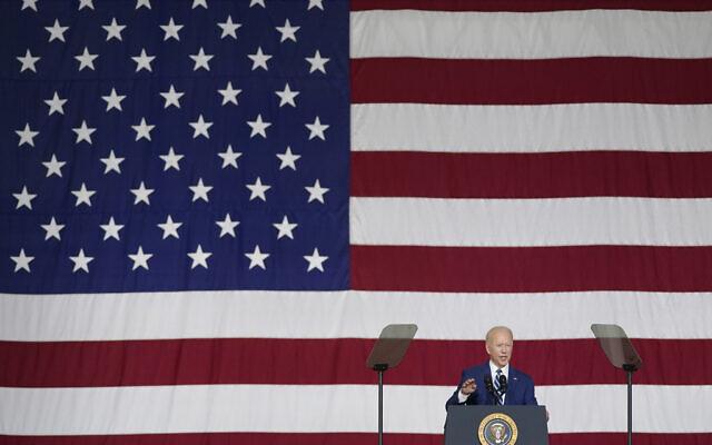 Le président Joe Biden parle sur la base conjointe Langley-Eustis de Hampton, en Virginie, le 28 mai 2021. (Crédit :  AP Photo/Patrick Semansky)