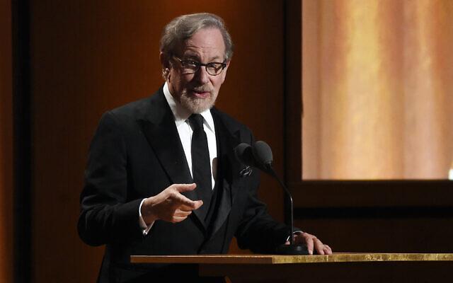 Le réalisateur Steven Spielberg s'adresse au public lors de la cérémonie des Governors Awards 2018 au Ray Dolby Ballroom, le dimanche 18 novembre 2018, à Los Angeles. (Photo : Chris Pizzello/Invision/AP)
