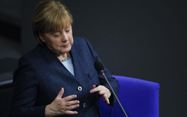 La chancelière allemande Angela Merkel au parlement du Bundestag, à Berlin, en Allemagne, le 16 décembre 2020. (Crédit :  Markus Schreiber/AP)