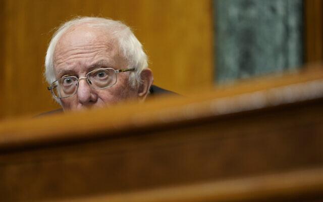 Le président de la commission du budget au sénat, le sénateur Bernie Sanders, pendant une audience au Capitole de Washington, le 25 février 2021. (Crédit :  AP Photo/Susan Walsh, Pool)