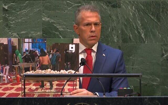 L'envoyé israélien à l'ONU, Gilad Erdan prononce un discours le 20 mai 2021, en montrant une photo de la mosquée Al Aqsa remplie de pierres et de munitions. (Autorisation)
