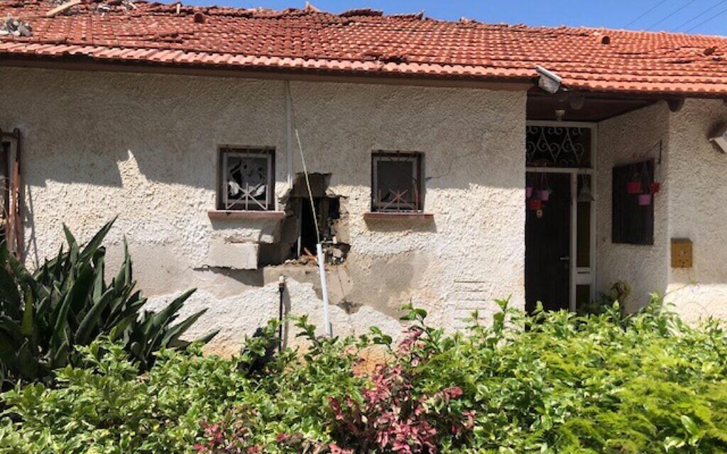 Une habitation d'Ashkelon touchée par un tir de roquette qui a tué une femme, une aide-soignante indienne de 32 ans, et grièvement blessé une octogénaire, le 12 mai 2021. (Crédit : Lazar Berman. Times of Israel)
