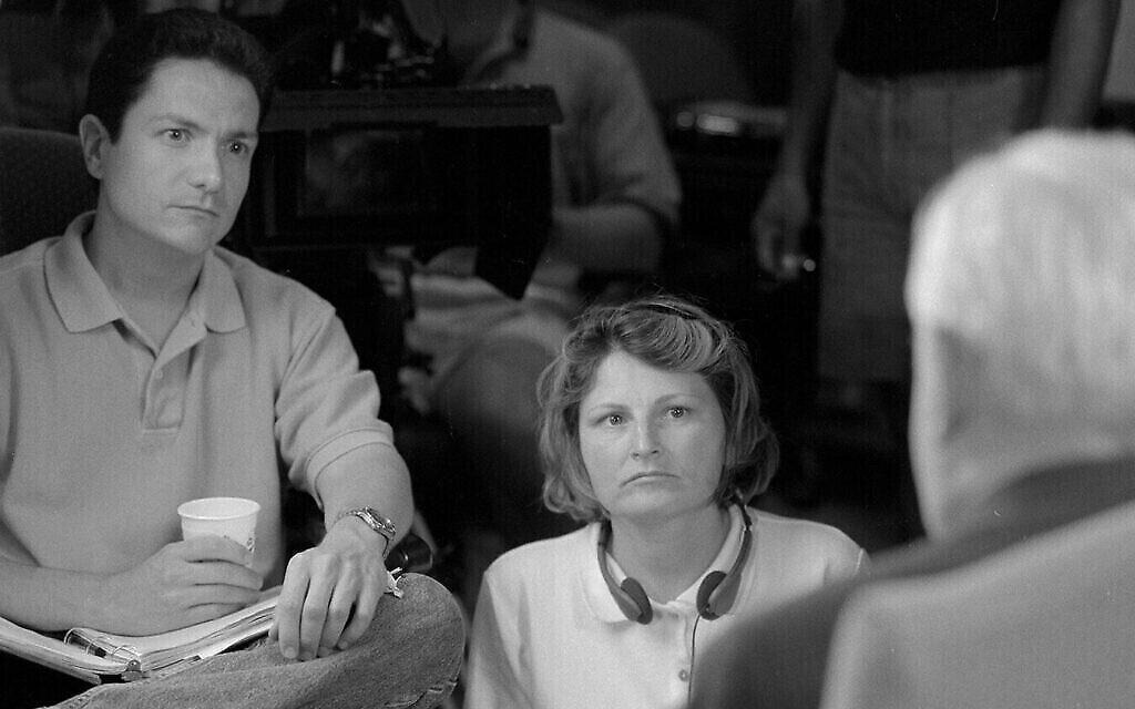 """Le réalisateur de """"The Last Days"""", James Moll, à gauche, et June Beallor, au centre, avec le Dr Randolph Braham pendant le tournage du documentaire. (Autorisation)"""