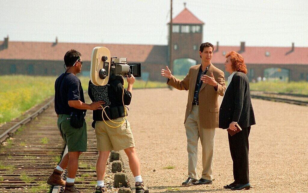 """Alice Lok Cahana et son fils Michael sont filmés à Auschwitz-Birkenau dans le documentaire de 1998 """"Les derniers jours"""". (Autorisation)"""