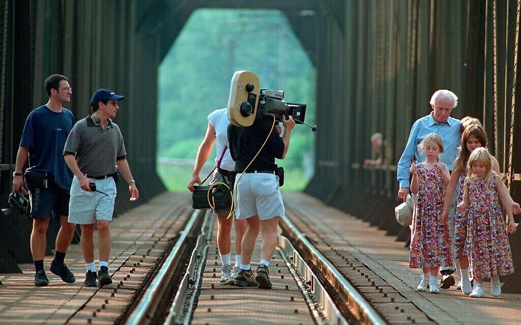 """Tom Lantos et ses petits-enfants visitent un pont au nord de Budapest où il a effectué des travaux forcés pendant le tournage du documentaire de 1998 """"Les derniers jours"""". (Autorisation)"""