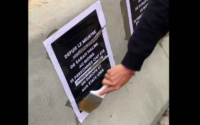 Une affiche de l'UEJB vandalisée, avant d'être recollée, le 28 avril 2021, à Bruxelles. (Crédit : Capture d'écran vidéo UEJB / Facebook)