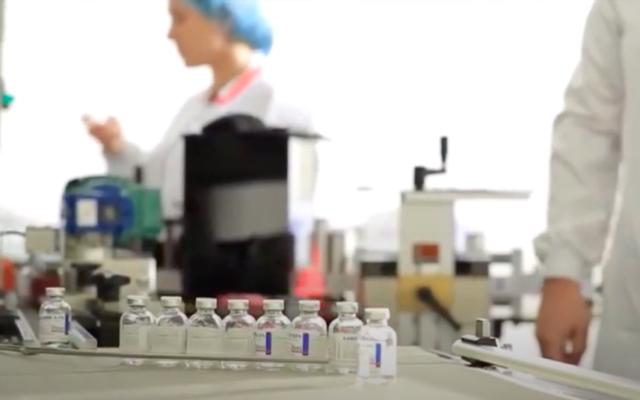 Des flacons de la thérapie anti-COVID de l'entreprise israélienne Kamada. (Crédit : capture d'écran Kamada Pharmaceuticals / YouTube)