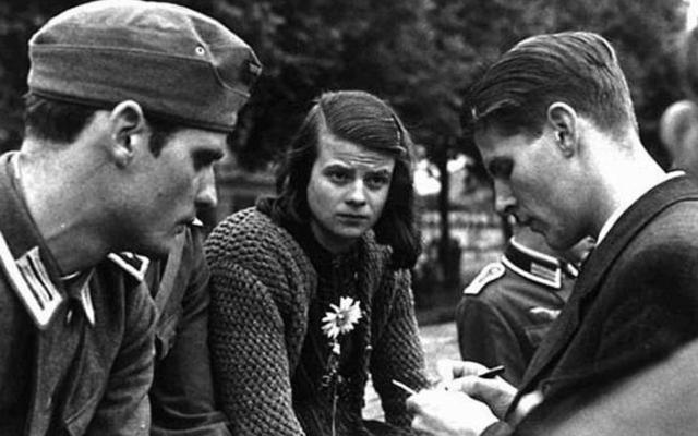 Membres du groupe de résistance secret « Rose blanche » contre Hitler, dont Hans Scholl (à gauche) et Sophie Scholl, à Munich, 1942 (Crédit : Domaine public)