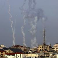 Des roquettes, tirées par le Hamas depuis la ville de Gaza, vers Jérusalem et Beit Shemesh, le 10 mai 2021. (Crédit : MAHMUD HAMS / AFP)