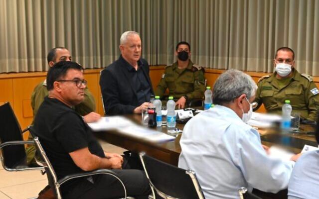 Le ministre de la Défense, Benny Gantz, tient une réunion pour évaluer la sécurité après que des terroristes palestiniens dans la bande de Gaza ont tiré des pluies de roquettes sur Israël, y compris Jérusalem, le 10 mai 2021 (Crédit: Tal Oz / ministère de la Défense)