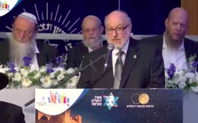 Jonathan Pollard prononce un discours en anglais lors du gala annuel de la Yeshiva Mercaz Harav à l'occasion de Yom Yeroushalayim, le 10 mai 2021 (Crédit : capture d'écran YouTube)