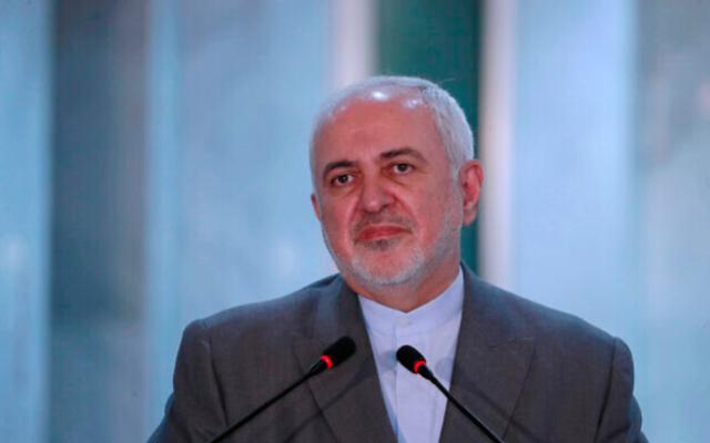 Le ministre iranien des Affaires étrangères, Mohammad Javad Zarif, s'exprime lors d'une conférence de presse avec son homologue irakien, Fouad Hussein, lors de sa visite à Bagdad, en Irak, le 19 juillet 2020 (Crédit : AP / Hadi Mizban)