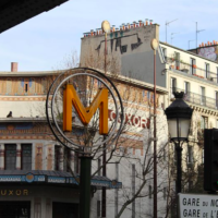 Entrée de la station de métro Barbès-Rochechouart à Paris (Crédit : Chabe01/CC BY-SA 4.0)