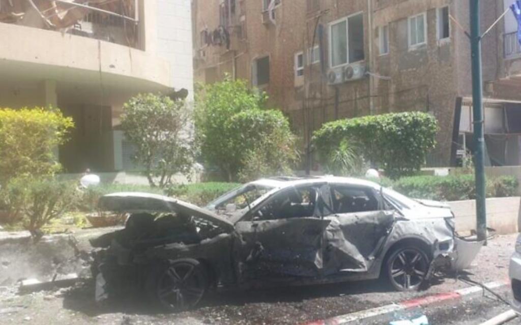 Une photo de la scène de l'impact d'une roquette à Ramat Gan, dans le centre d'Israël, le 15 mai 2021 (Crédit : Police israélienne)