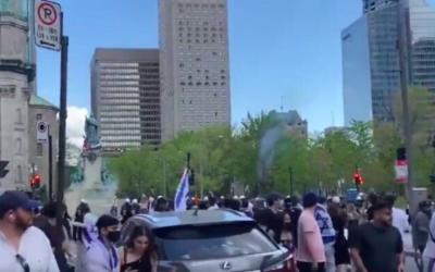 Des personnes participant à un rassemblement de solidarité israélien à Montréal courent alors que des pro-palestiniens leur lancent des pierres le 16 mai 2021 (Capture d'écran / Twitter)
