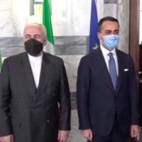 Luigi Di Maio (d) et Mohammad Javad Zarif (g) à Rome lors d'une consultation bilatérale, le 17 mai 2021 (Crédit : capture d'écran Iranpress)