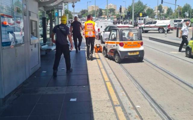 Les lieux d'un attentat au couteau mené à la station Ammunition Hill à Jérusalem, le 24 mai 2021. (Crédit : Unitez Hatzalah)