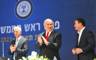 De gauche à droite : David Barnea, Benjamin Netanyahu et Yossi Cohen, lors de la passation de pouvoir entre l'ancien chef du Mossad et le nouveau que le Premier ministre a nommé le 24 mai 2021. (Crédit : Amos Ben-Gershom/GPO)
