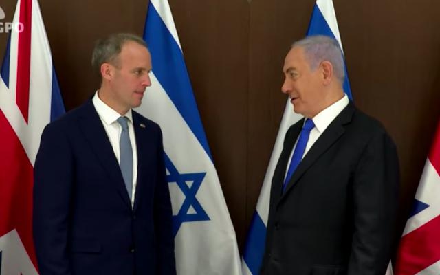 Dominic Raab (d) et Benjamin Netanyahu, le 26 mai 2021 à Jérusalem (Crédit : capture d'écran YouTube)
