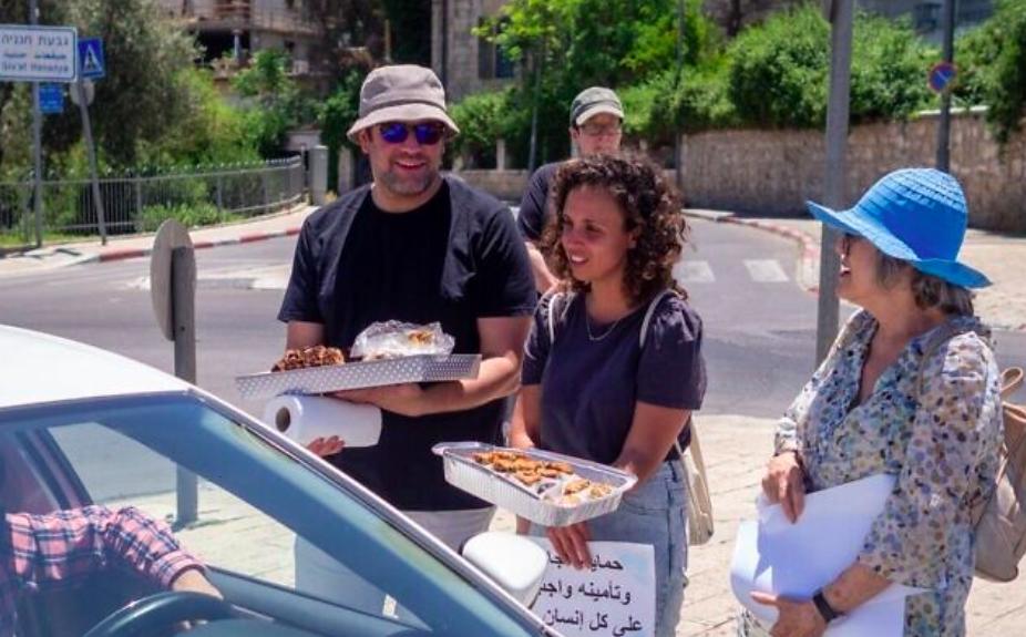 Dans un esprit de coexistence, les résidents juifs d'Abu Tor, à Jérusalem, distribuent des gâteaux, des bonbons et de bons vœux à leurs voisins arabes lors de la fête musulmane de l'Aïd al-Fitr à la fin du Ramadan, le 15 mai 2021 (Crédit : Good Neighbors)