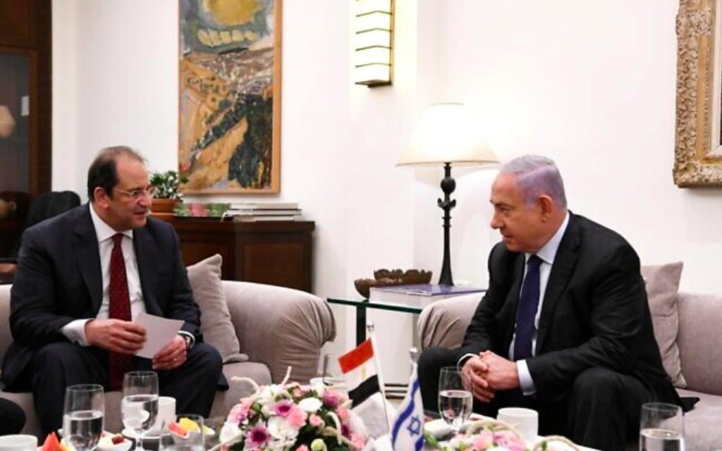 Le Premier ministre ministre Benjamin Netanyahu accueille le chef du renseignement égyptien Abbas Kamel à sa résidence officielle à Jérusalem, le 30 mai 2021 (Crédit : Amos Ben-Gershom / GPO)