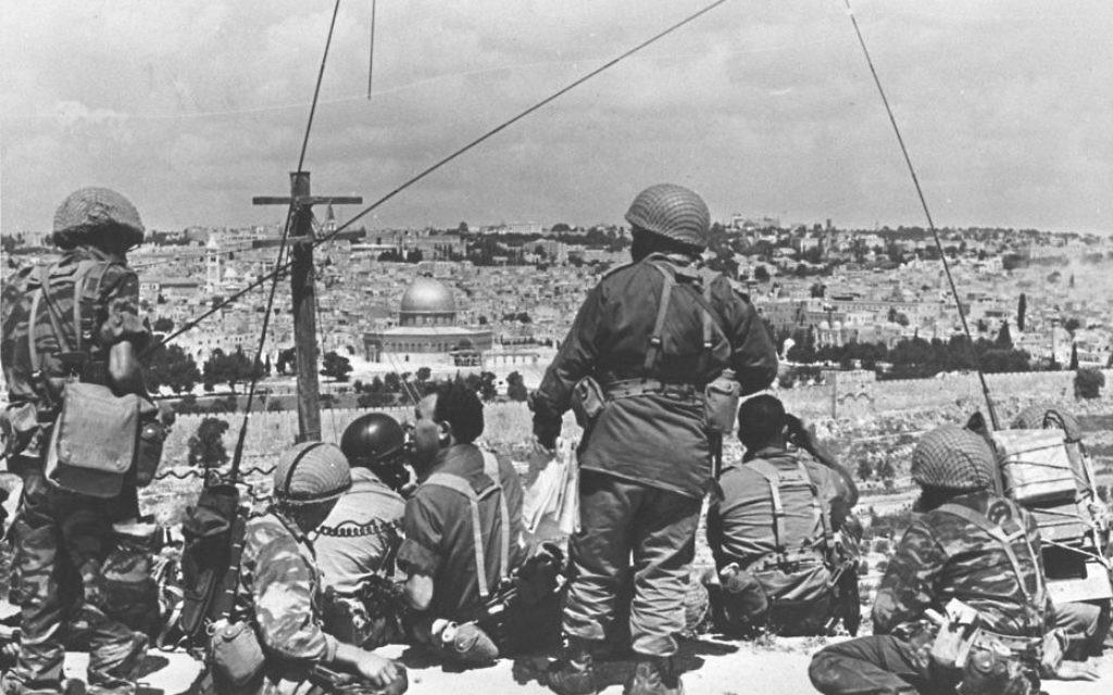 Le commandant Morra Gur et ses hommes observent le mont du Temple depuis leur poste de commandement du mont des Oliviers avant leur attaque sur la Vieille Ville pendant la guerre des Six jours. (Crédit : Government Press Office)
