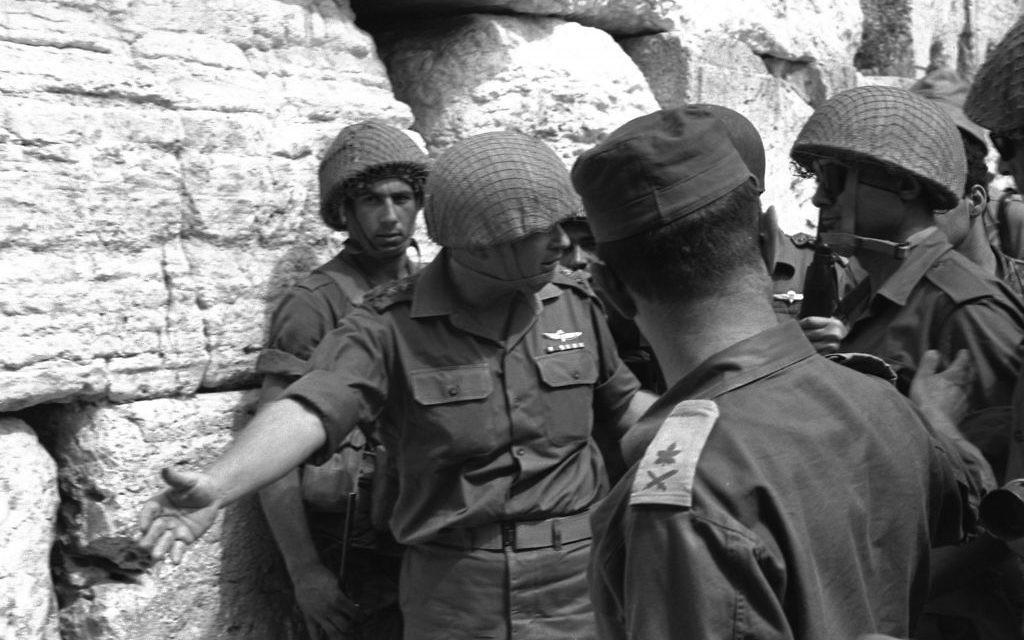 Le chef d'État-major Yitzhak Rabin invite le ministre de la Défense Moshe Dayan au mur Occidental à Jérusalem après sa capture lors de la guerre des Six jours. (Crédit : Ilan Briner/Government Press Office)
