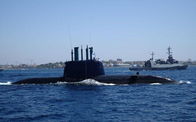 Un sous-marin de la marine israélienne navigue devant une corvette de classe Saar 5 dans les eaux au sud de Tel Aviv dans le cadre de la flottille de la marine israélienne en l'honneur du 70e Yom HaAtsmaout (jour de l'indépendance d'Israël), le 19 avril 2018. (Judah Ari Gross/Times of Israel)