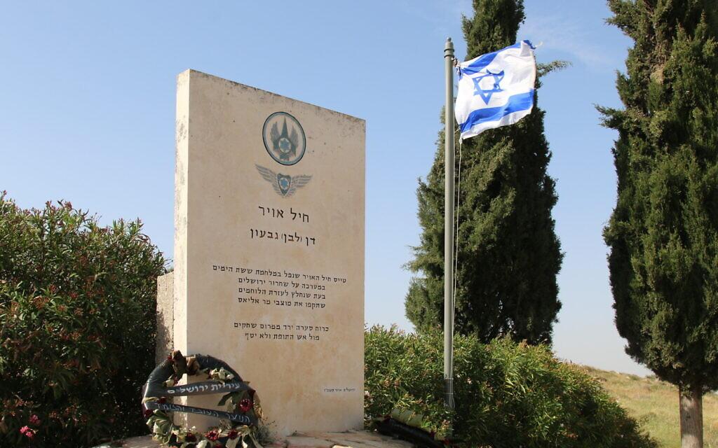 Le monument à la mémoire du lieutenant Dan Givon de l'autre côté du monastère Mar Elias de Jérusalem. (Crédit :  Shmuel Bar-Am)