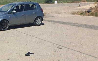 """Une mitraillette artisanale """"Carlo"""" sur le sol suite à une tentative d'attentat à l'arme à feu dans le nord de la Cisjordanie, le 7 avril 2021. (Autorisation)"""