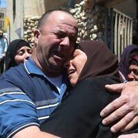 Les proches d'Ahmad Daraghme, un officier des services de renseignement de l'Autorité palestinienne tué par des soldats israéliens, pleurent lors de ses funérailles dans son village natal de Laban al-Sharqiya, le 12 mai 2021 (Crédit : WAFA).