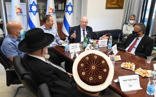 Le président Reuven Rivlin s'entretient avec des chefs religieux à Akko, le 14 mai 2021 (Crédit : Twitter)