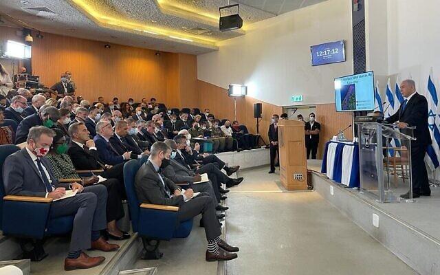 Le Premier ministre Benjamin Netanyahu (à droite) lors d'un briefing à plus de 70 diplomates et journalistes étrangers sur les combats avec la bande de Gaza, au quartier général militaire de Kirya à Tel Aviv, le 19 mai 2021 (Crédit : Cabinet du Premier ministre)