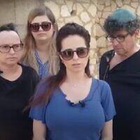 Ella Gordon, au centre, avec des membres de sa famille, durant une conférence de presse au sujet du meurtre de son frère, Efraim, tué aux Etats-Unis, le 5 mai 2021. (Crédit : Capture d'écran YouTube)