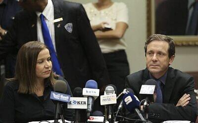 Le leader du parti Travailliste Isaac Herzog, à droite, et la députée Travailliste  Shelly Yachimovich lors d'une réunion de faction à la Knesset, le 25 novembre 2021. (Crédit : Yonatan Sindel/Flash90)