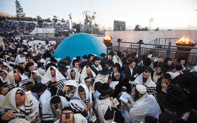 Des hommes ultra-orthodoxes participent aux célébrations de Lag BaOmer au Mont Meron, sur la tombe de Rabbi Shimon Bar Yochai, le 17 mai 2014. (Flash90)