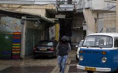Photo d'illustration : Un homme marche dans une rue majoritairement vide de Nazareth, le 26 janvier 2016. (Crédit : Lior Mizrahi/Flash90)