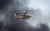 Illustration : Un hélicoptère Apache israélien vole lors d'un spectacle aérien à l'occasion d'une cérémonie de remise de diplômes aux soldats ayant suivi le cours de pilotage de l'IAF, sur la base aérienne de Hatzerim, dans le désert du Néguev, le 29 décembre 2016.(Miriam Alster/Flash90)